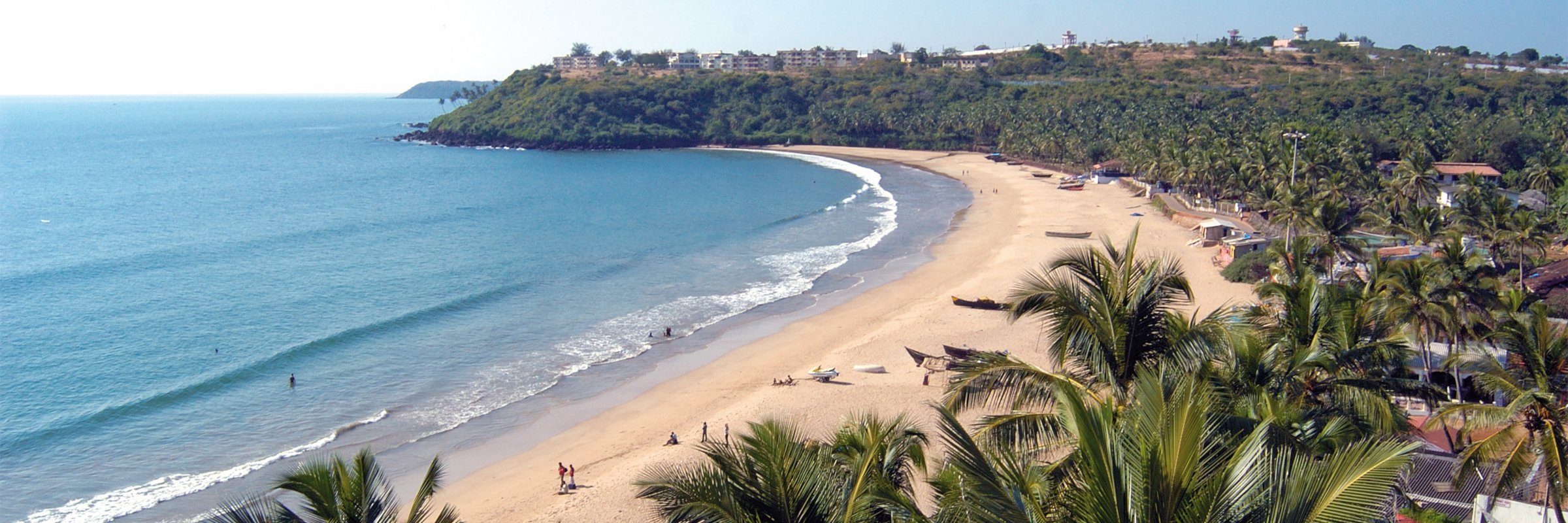 Über knapp eine Meile verteilt sich der Sand entlang der kleinen Bucht von Bogmalo Beach in Goa, Indien.