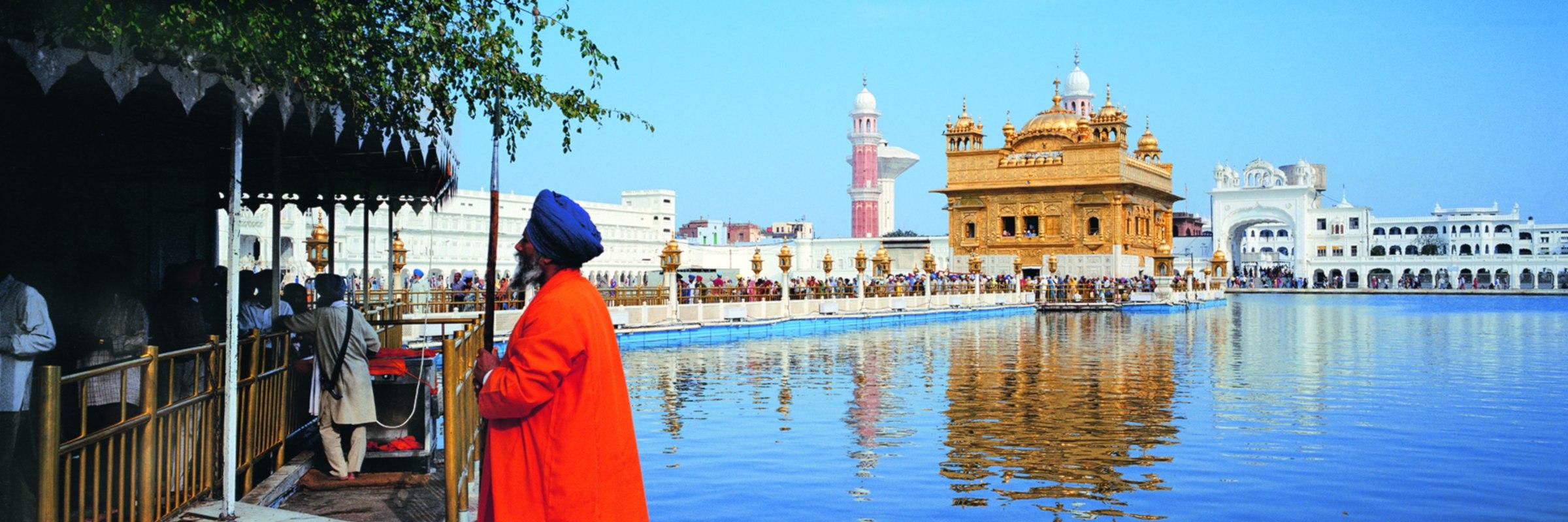 Der Goldene Tempel ist in Amritsar im indischen Bundesstaat Punjab das höchste Heiligtum der Sikhs.