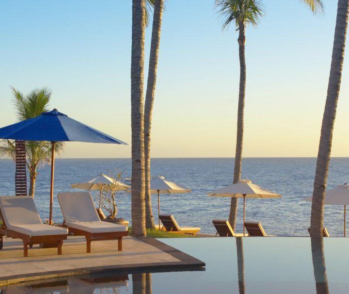 Von dem großzügig angelegten Infinity-Pool des Siddhartha Ocean Front Resort & Spa hat man einen grandiosen Blick auf das Meer.