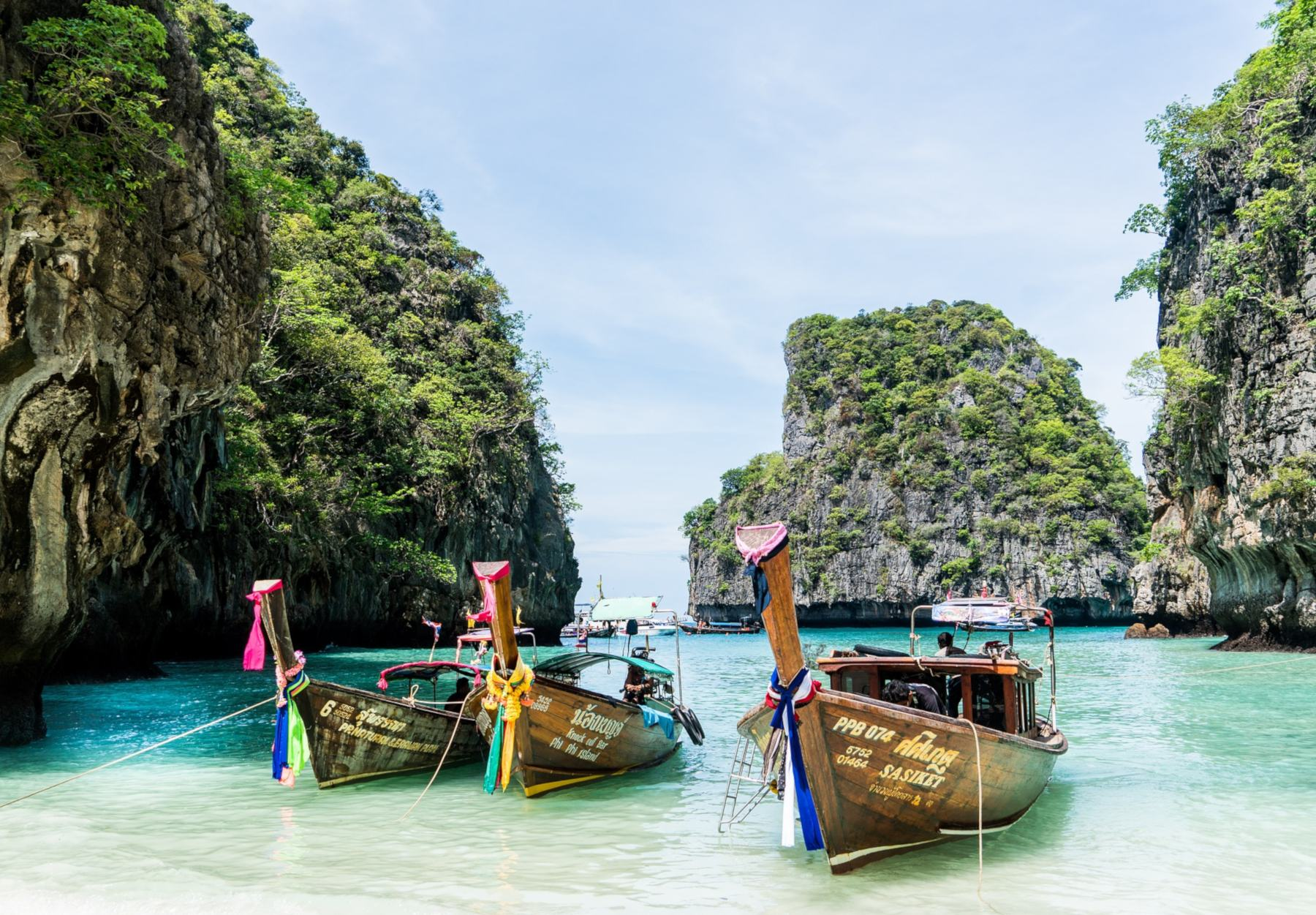 Die thailändischen Inselparadiese in der Andamanensee lassen sich am besten mit landestypischen Longtailbooten erkunden.