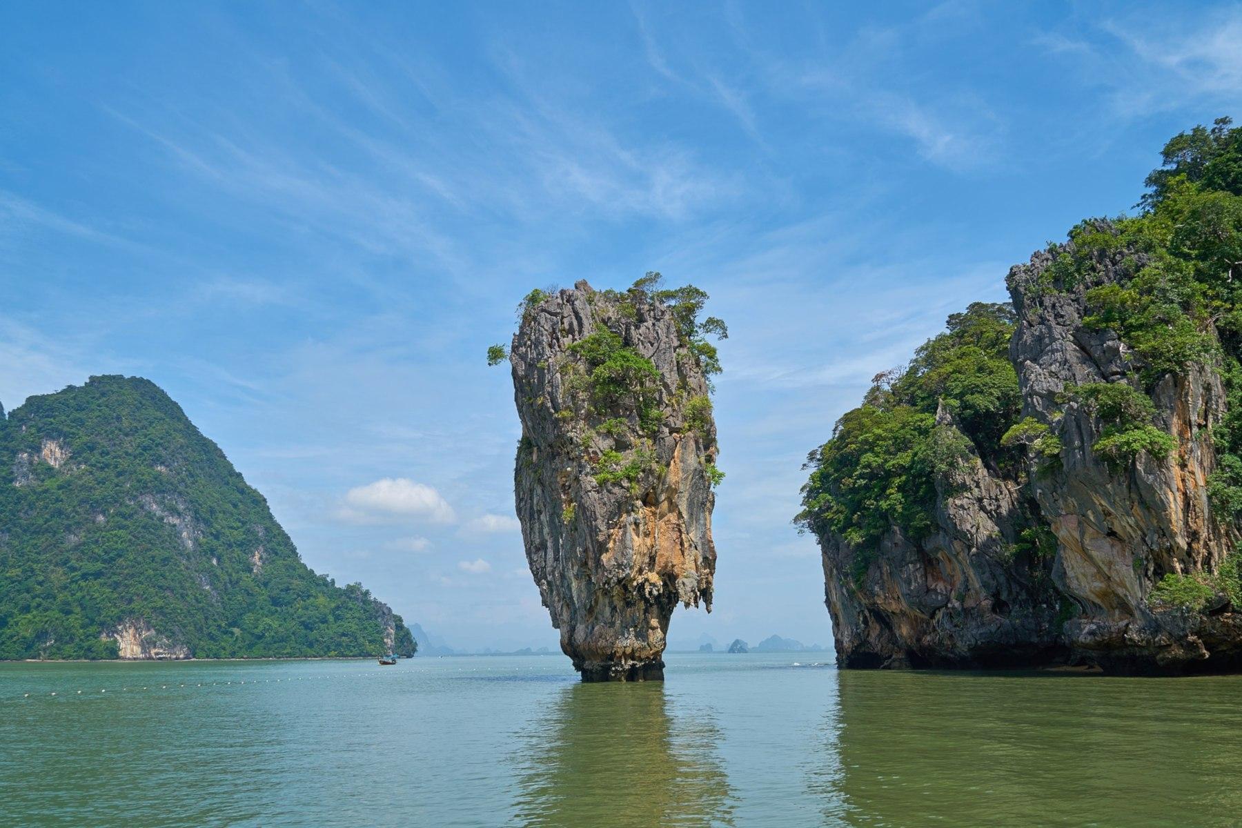 Die Insel Khao Phing Kan in der Bucht von Phang-nga zählt mit ihrer berühmten Felsnadel Khao Ta-Pu zu den bekanntesten Motiven Thailands.