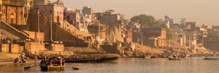 Ghats werden in Indien zu einem Gewässer hinabführende Böschungen oder Treppen genannt, sie dienen hauptsächlich zu rituellen Waschung der Hindus.