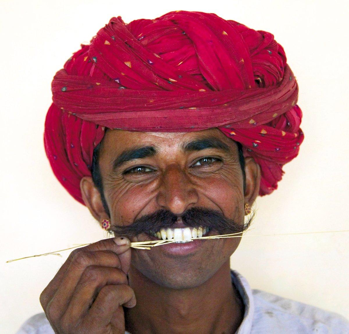 Portraitbild eines einheimischen Mannes in traditioneller Kleidung – Indien erleben