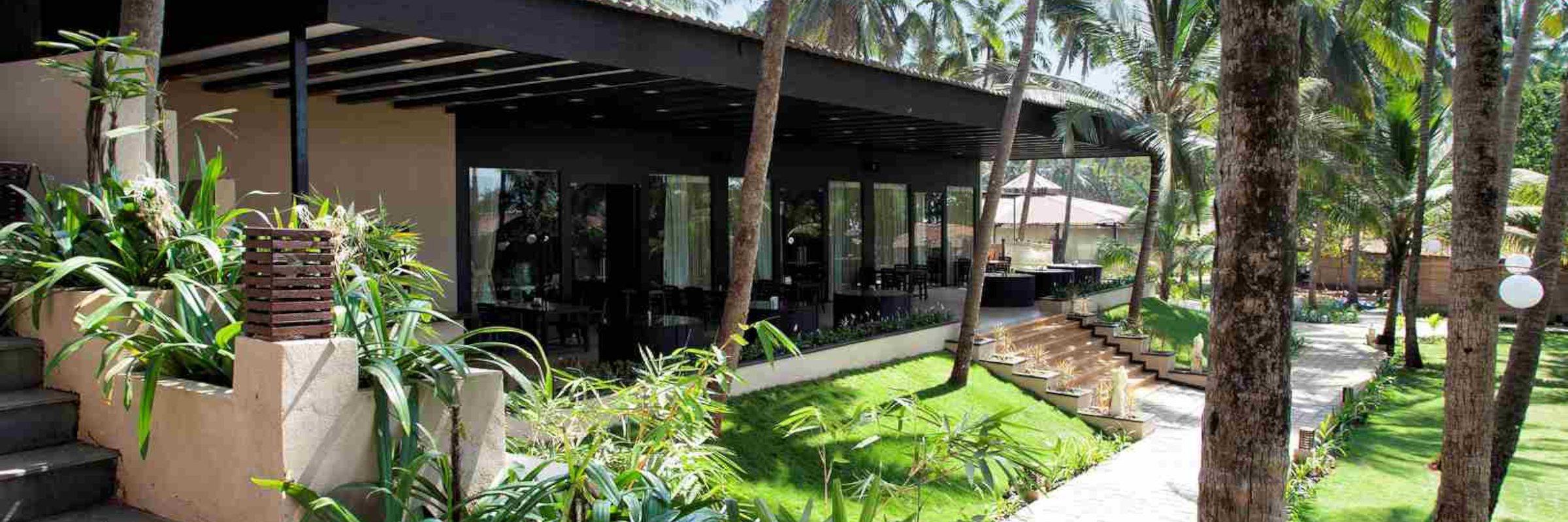 """Im modern eingerichteten Hotel-Restaurant """"Waterfront"""" werden im Innen- und Außenbereich sowohl westliche als auch indische Gerichte serviert."""