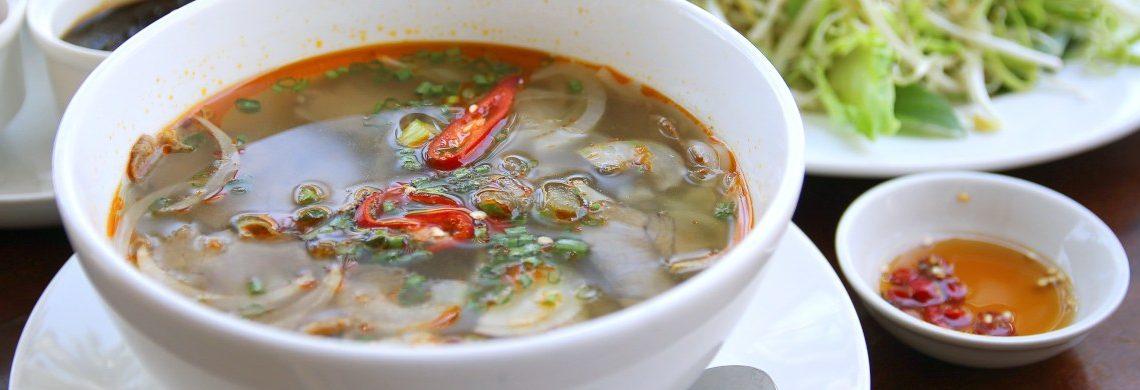 Vietnamesisches Suppengericht mit Reise und Gemüse