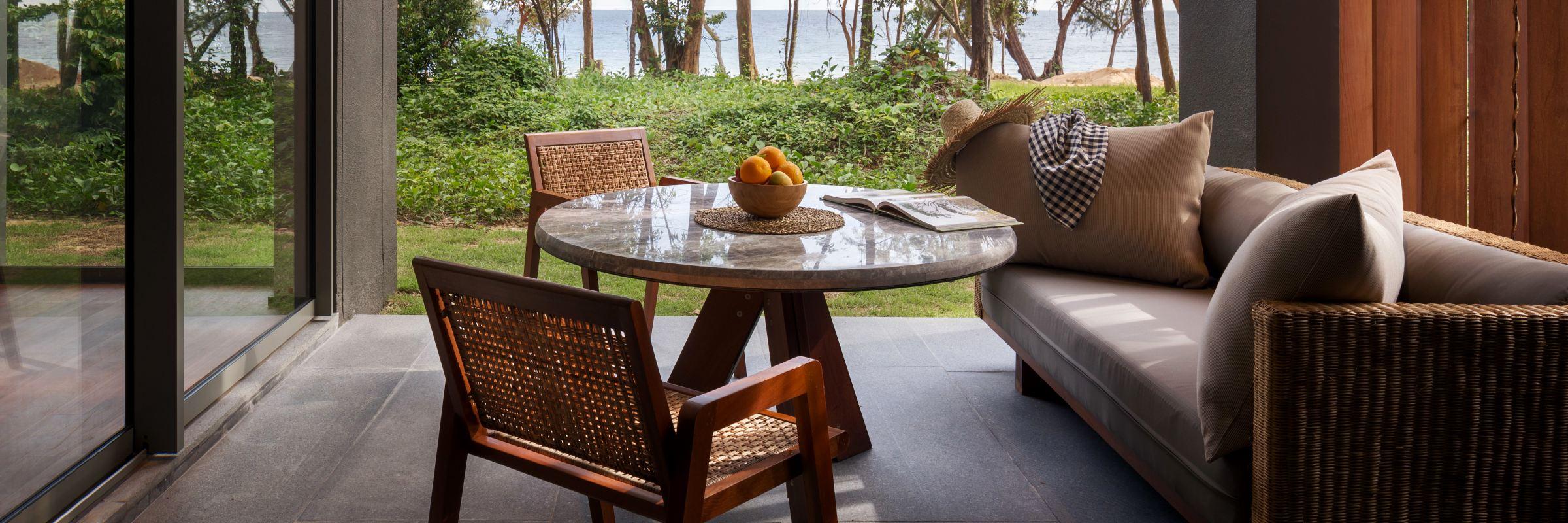 Die Beachfront Pavillons im Alila Villas Koh Russey bieten Fästen eine fantastische Aussicht auf den Strand und das Meer.