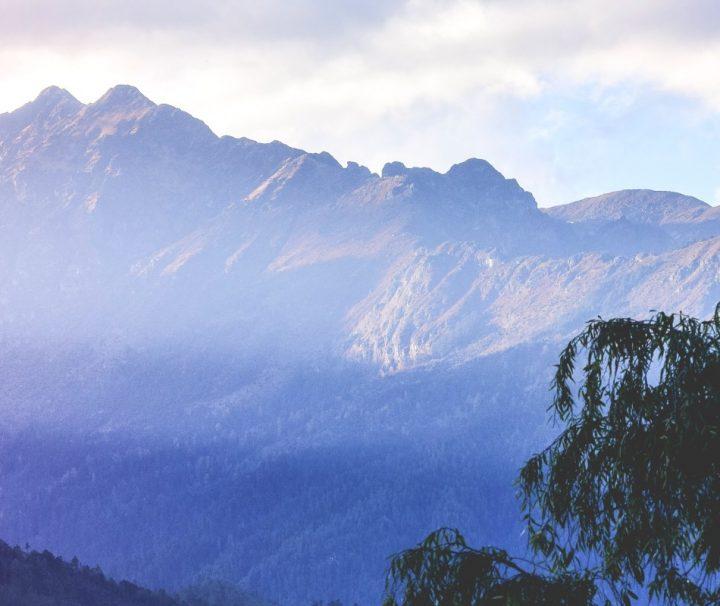 Das kleine Königreich Bhutan liegt am Fuße des Himalaya, der sich über eine breite von etwa 3.000 km erstreckt.