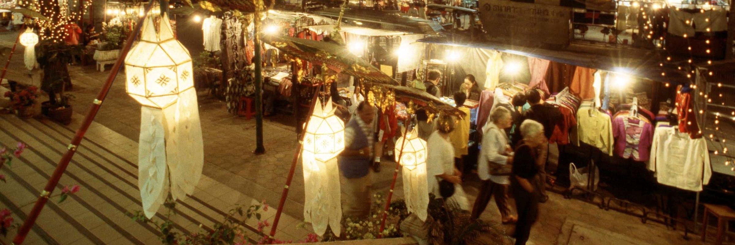 In Chiang Mai sollte man unbedingt den Nightbazar in der Altstadt besuchen. Dieser Nachtmarkt ist einer der aufregendsten und größten in Thailand.
