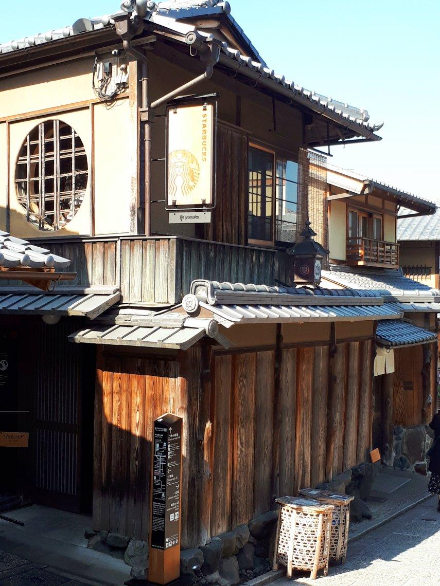 Starbucks in einem alten Machiya-Stadthaus