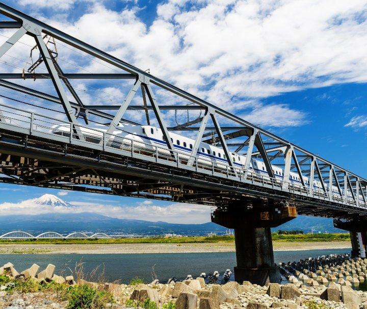 Japan Zugreise – Der Shinkansen Zug der Baureihe H5 zählt mit einer Spitzengeschwindigkeit von bis zu 320km/h zu den schnellsten Zügen der Welt.
